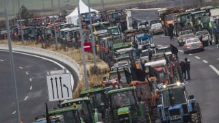 Αγρότες μπλόκα: Σε κομβικά σημεία της χώρας τα τρακτέρ