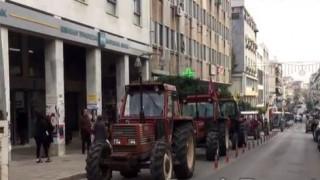 Αγρότες μπήκαν στο κέντρο της Λαμίας με… τρακτέρ (vid)