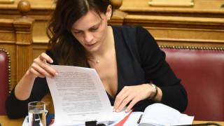 Το «δολοφονικό» βλέμμα της Έφης Αχτσιόγλου στη Βουλή (pics)