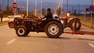 Στην αερογέφυρα Πετροπόρου τα τρακτέρ των αγροτών