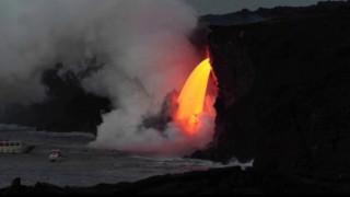 Γεωλογικό υπερθέαμα: Όταν ένα πύρινο ποτάμι λάβας αγγίζει τον ωκεανό