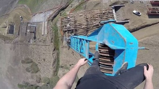 Αψηφά τον θάνατο σκαρφαλώνοντας σε γερανούς (pics+vid)