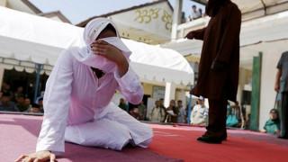 Ινδονησία: Γυναίκα μαστιγώθηκε δημόσια για ερωτικές επαφές εκτός γάμου (pics)