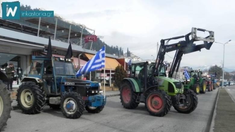 Καστοριά: Οι αγρότες παρέδωσαν τα κλειδιά των τρακτέρ στην εφορία (pics+vid)
