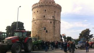 Μπλόκα αγροτών: Τα τρακτέρ έφτασαν μπροστά στον Λευκό Πύργο (pics&vid)