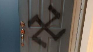Έτσι αντέδρασε μια γυναίκα όταν κάποιος ζωγράφισε μια σβάστικα στην πόρτα του σπιτιού της (Pics)