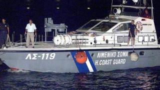 Στο λιμάνι της Βελανιδιάς ρυμουλκείται το ιστιοφόρο με τους μετανάστες