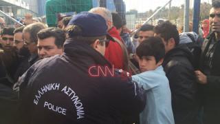 Ελληνικό: Αστυνομικός χτυπά ανήλικο προσφυγόπουλο (vid)