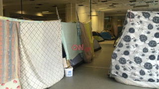 Εικόνες μέσα από τη δομή προσφύγων στο Ελληνικό (pics&vid)