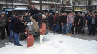 Λάρισα: Κτηνοτρόφοι έχυσαν γάλα έξω από την Περιφέρεια (pics&vid)