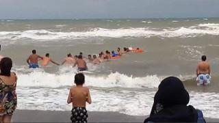 Τους έσωσαν από βέβαιο πνιγμό - Αψήφισαν τα κύματα και βούτηξαν στη θάλασσα (vid)