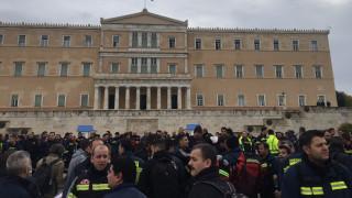 Συγκέντρωση διαμαρτυρίας από τους πυροσβέστες στο Σύνταγμα (pics)