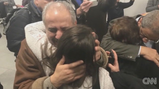Oικογένεια Σύρων που χώρισε το διάταγμα Τραμπ, ξανασμίγει μετά από μία εβδομάδα αγωνίας