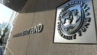 Der Standard: Το ΔΝΤ ψήνει το ψάρι στα χείλη στους πιστωτές της Αθήνας