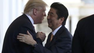 Θερμή υποδοχή και χαμόγελα του Ντόναλντ Τραμπ στον Ιάπωνα Πρωθυπουργό (pics)