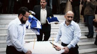 Παντελής Παντελίδης: Tον συντροφεύει η κιθάρα του αλλά τον ξέχασαν οι συνάδελφοι του