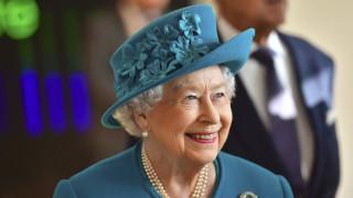 Χαμογελαστή και ευδιάθετη η βασίλισσα Ελισάβετ σε νέα εμφάνισή της (pics)