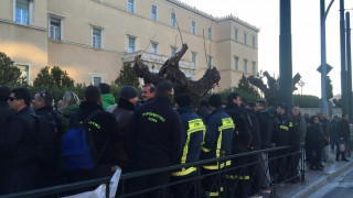 Νέα συγκέντρωση διαμαρτυρίας των πυροσβεστών έξω από τη Βουλή (pics)