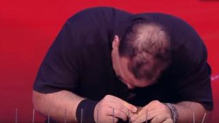 Ο «σφυροκέφαλος»: Κάρφωσε 38  καρφιά με το κεφάλι του σε δύο λεπτά (vid)