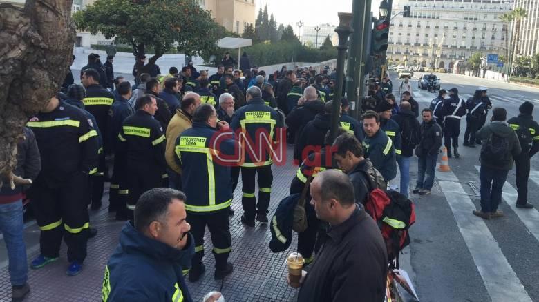 Περιμένουν την τροπολογία έξω από τη Βουλή οι πυροσβέστες (pics)