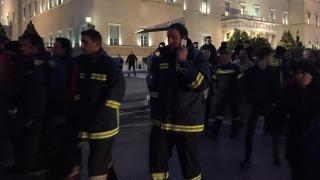 Υπερψηφίστηκε η τροπολογία για τους πυροσβέστες - Παραμένουν έξω από τη Βουλή (pics)
