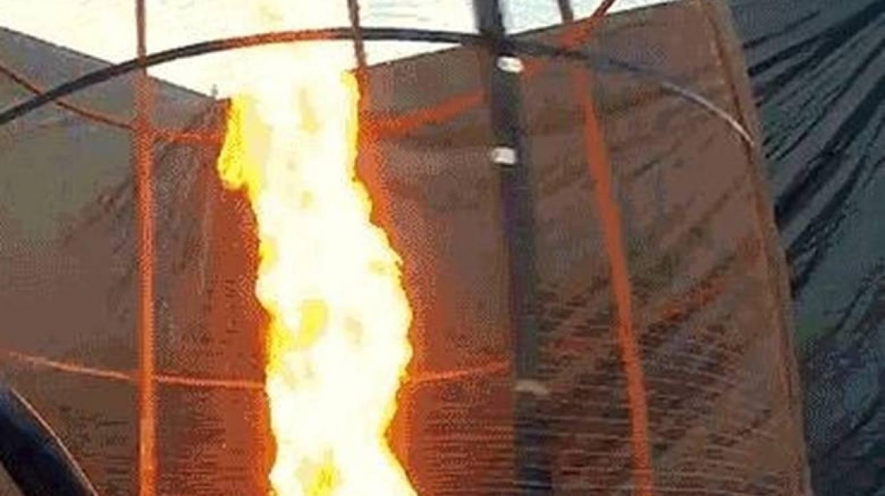 Δημιούργησε τεχνητό ανεμοστρόβιλο από φωτιά ύψους 6 μέτρων (vid)