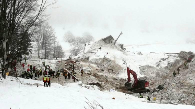 Ιταλία: «Βομβαρδισμένο» τοπίο το ξενοδοχείο Rigopiano ένα μήνα μετά τη χιονοστιβάδα (vid)