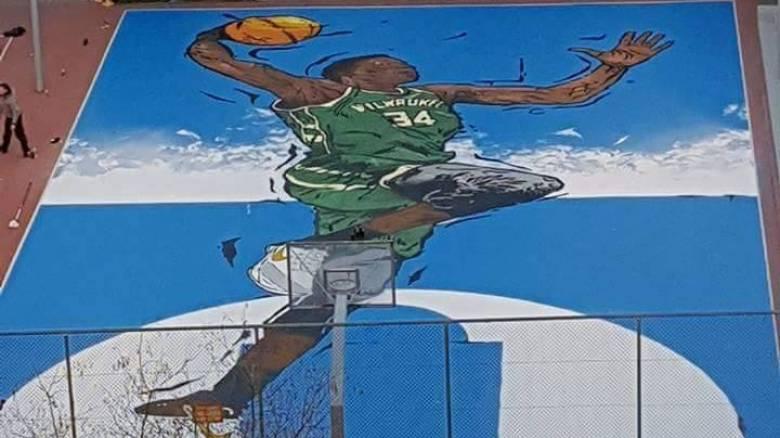 Ο Γιάννης Αντετοκούνμπο έγινε... γκράφιτι στο πρώτο του γήπεδο (pics)