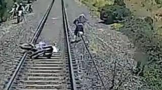 Έτσι γλίτωσε την τελευταία στιγμή την σύγκρουση με τρένο (Vid)