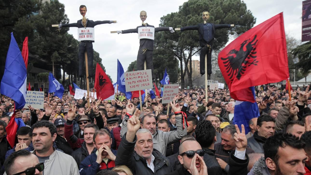 Αλβανία: Διαδηλώσεις με αίτημα την παραίτηση της κυβέρνησης (pics)