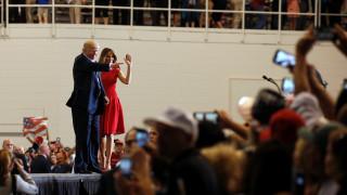 Εντυπωσιακή και «στα κόκκινα» η Πρώτη Κυρία των ΗΠΑ