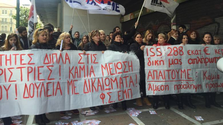 Διαμαρτυρία καθαριστριών έξω από το υπουργείο Εργασίας (pics&vids)