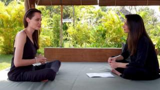 «Είμαστε οικογένεια»: η Αντζελίνα Τζολί εξομολογείται στο φακό