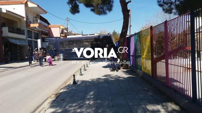 Περικυκλωμένο από κλούβες το σχολείο στο Ωραιόκαστρο μετά τα επεισόδια (vids&pics)