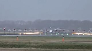 Ολλανδία: Αεροσκάφος προσγειώθηκε με το φτερό (vid)