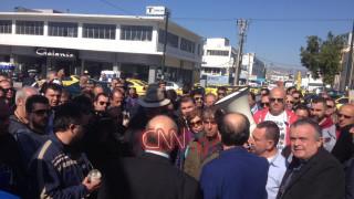 Οδηγοί ταξί διαμαρτυρήθηκαν έξω από τα γραφεία της ΝΔ (pics&vid)
