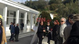 Πλήθος κόσμου στην κηδεία του Νίκου Κούνδουρου (pics&vids)