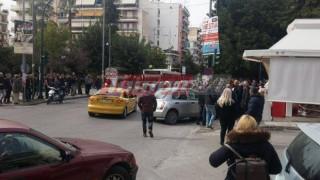 Συγκρούστηκαν δύο αυτοκίνητα και παρέσυραν έναν πεζό στην Πάτρα