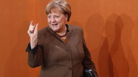Η Μέρκελ επιτίθεται στους κυβερνητικούς της εταίρους όσο ο Σουλτς προηγείται δημοσκοπικά