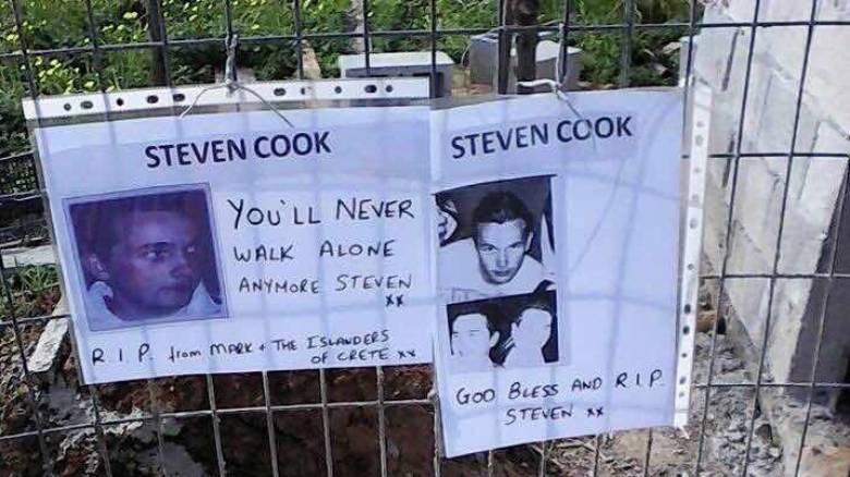 Λουλούδια και μηνύματα στον τόπο που βρέθηκαν τα οστά του 20χρονου Βρετανού (pics)