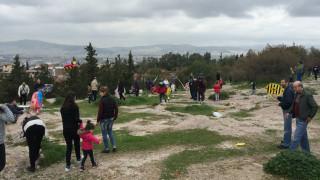 Καθαρά Δευτέρα 2017: Οι Αθηναίοι γιόρτασαν τα κούλουμα στο λόφο του Φιλοπάππου (pics&vid)