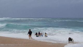 Πώς κατάφεραν να σώσουν παιδάκι από μανιασμένα κύματα (vid)