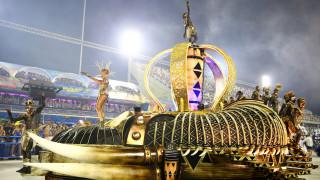 Σάμπα και πολύχρωμα άρματα στο εντυπωσιακό καρναβάλι του Ρίο