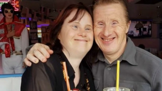 Ζευγάρι με σύνδρομο Down γιόρτασε τα 22 χρόνια γάμου του (Vid)