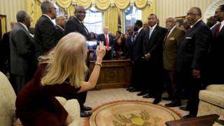 Σάλος με την στάση συμβούλου του Τραμπ στο Οβάλ Γραφείο