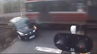 Παραβίασε την ελεγχόμενη διάβαση και το τρένο παρέσυρε το αυτοκίνητό του (Vid)