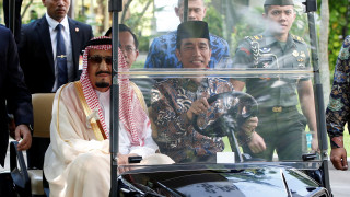 Εικόνες απόλυτης χλιδής στην επίσκεψη του βασιλιά Σαλμάν στην Ινδονησία