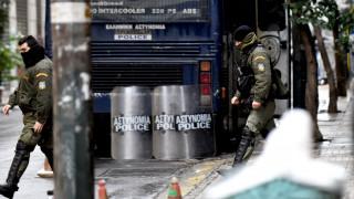Εκατό άτομα επιτέθηκαν σε διμοιρία των ΜΑΤ έξω από το Πάντειο και τραυμάτισαν αστυνομικό