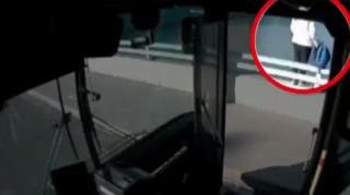 Ηρωικός οδηγός λεωφορείου έσωσε γυναίκα που ήθελε να αυτοκτονήσει (vid)