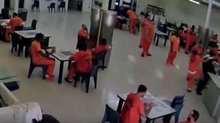 Ακινητοποίησαν συγκρατούμενό τους που ήθελε να στραγγαλίσει φρουρό σε φυλακή (Vid)